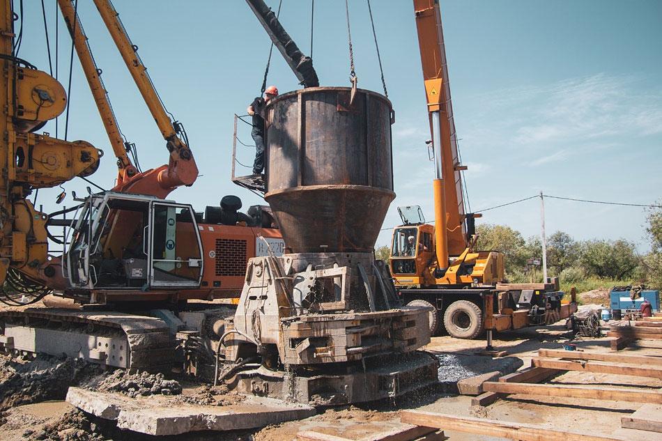 На строительной площадке моста через Зею развернуты масштабные работы