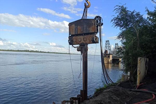 Монтаж рабочих мостиков под монтажные краны для сооружения опоры  №7 правый берег.