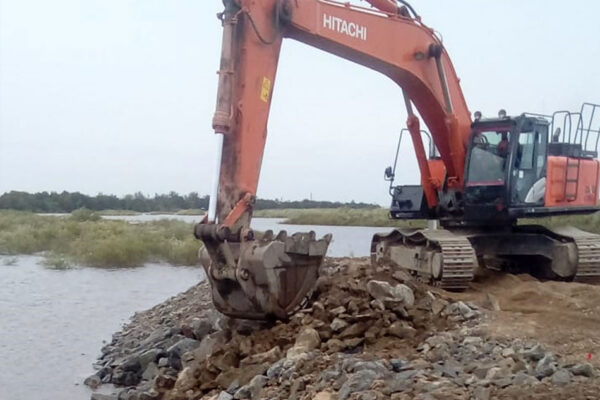 Устройство укрепления откосов камнем  технологической площадки опоры №22.