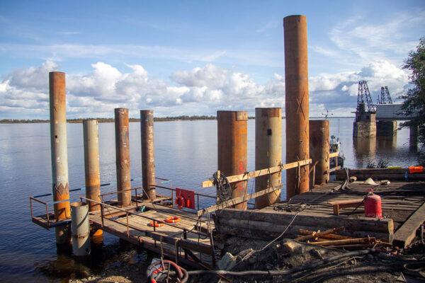 Погружение вибропогружателем трубы опоры №1-2 рабочего моста