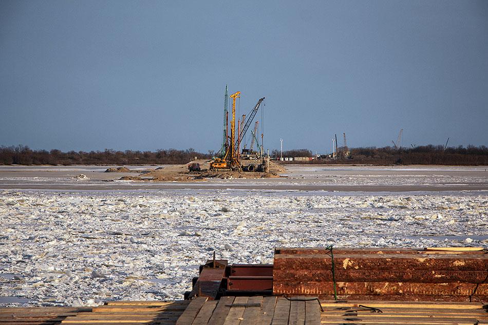 Более 700 человек трудятся на возведении моста через Зею.<br>О ходе строительства доложили губернатору Василию Орлову
