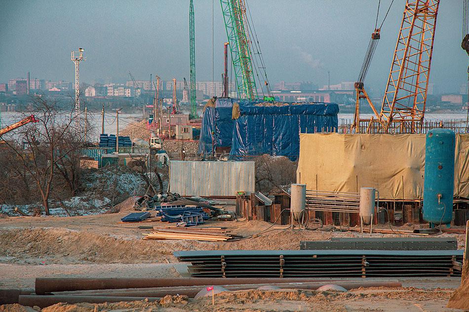 Более 9 тысяч кубометров бетона уложили в конструкции моста через Зею. О ходе работ доложили Василию Орлову