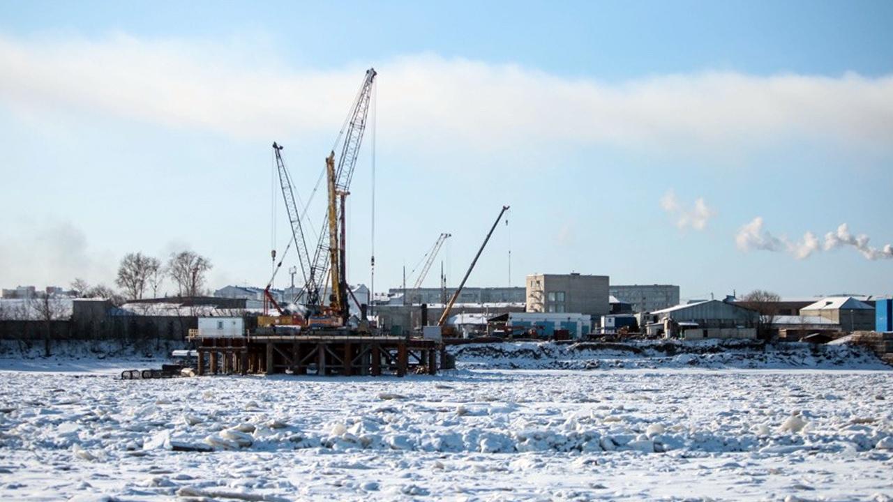Более 850 человек занято на строительстве нового моста через Зею