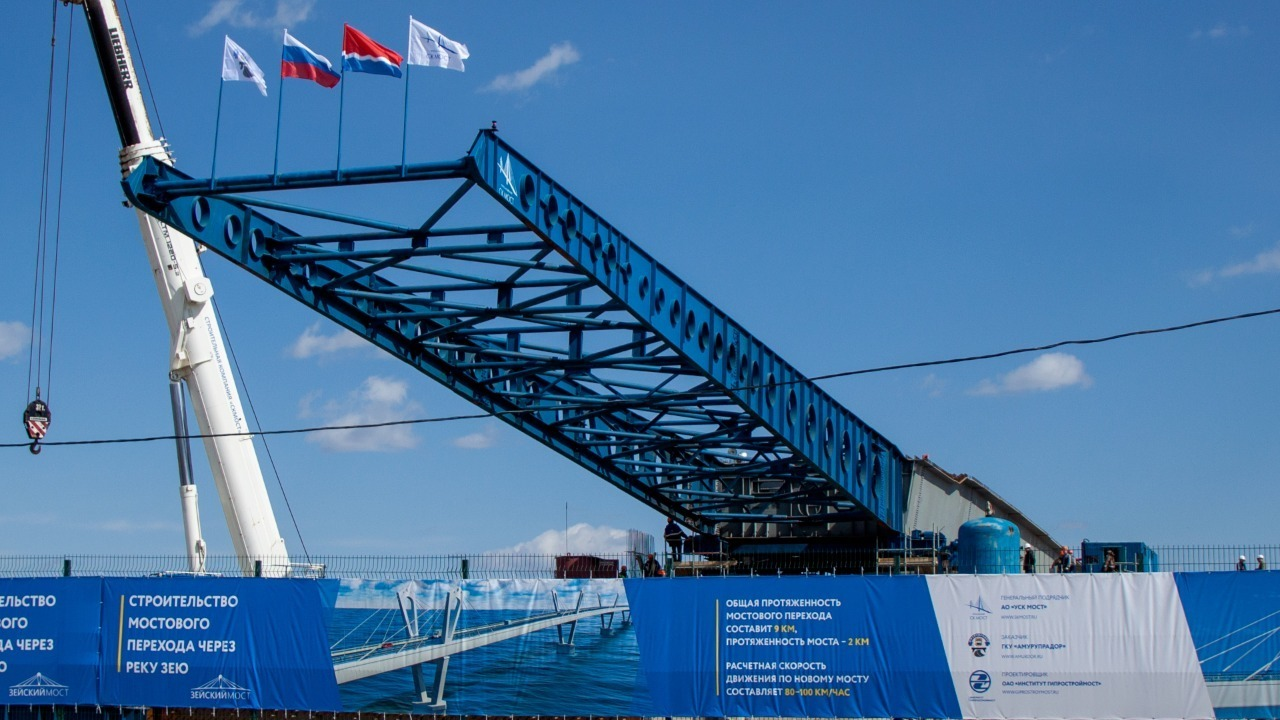 Начался первый этап надвижки пролетного строения нового Зейского моста