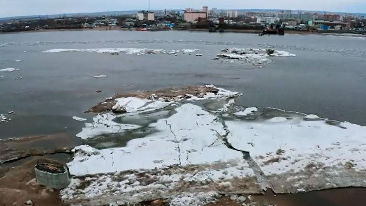 Ледоход на реке Зея. Площадка строительства нового моста