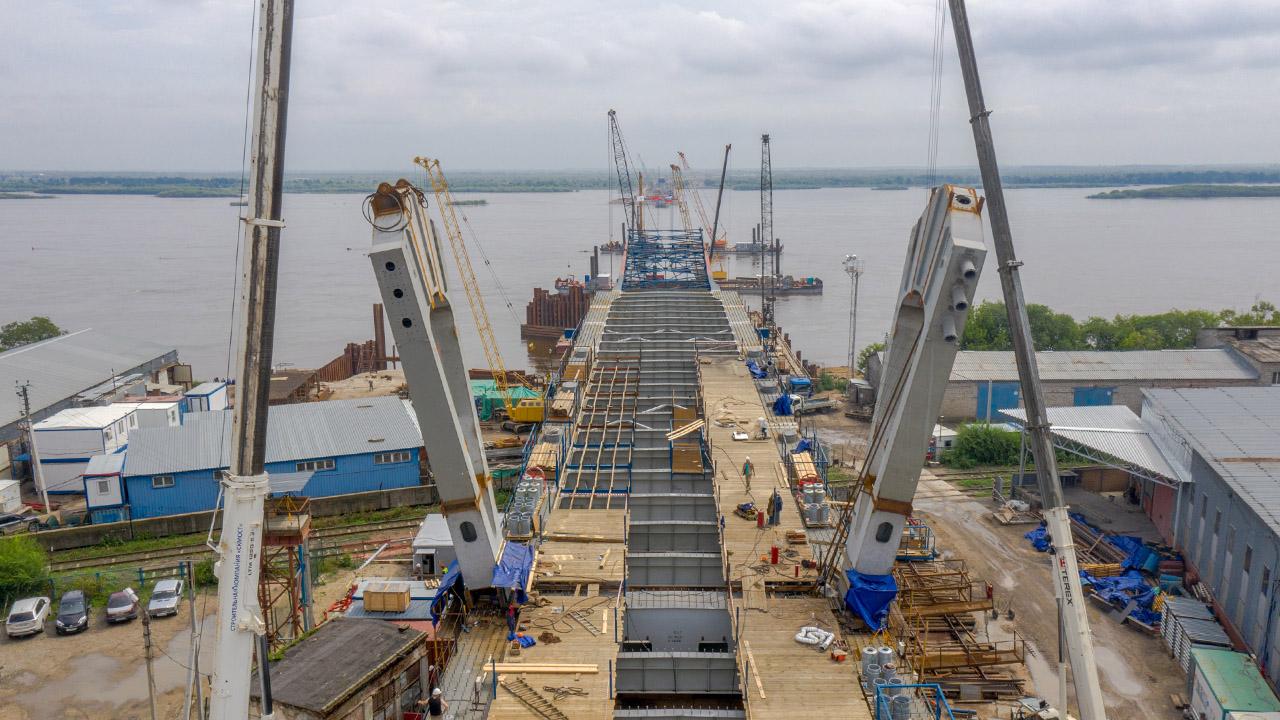 На правом берегу реки Зеи установлена первая пара пилонов, строители приступили к монтажу вантовой системы